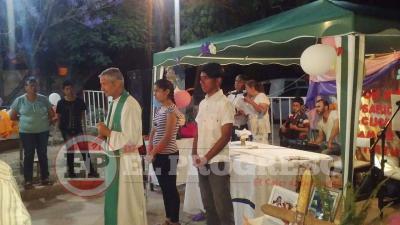 El Padre Alejandro Tenti ofici� la misa en el barrio Jos� Hern�ndez