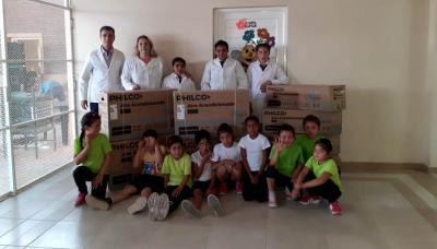 El municipio de Fernández entregó acondicionadores de aire a la escuela de San Ramón