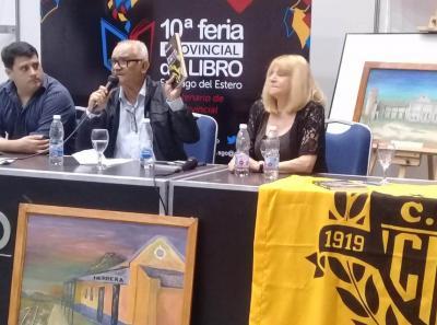 Castillo presentó su escrito «Reflejo de amor» en la Feria del Libro