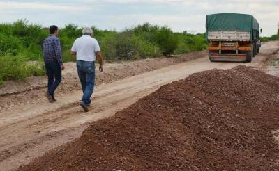 Realizan el enripiado de caminos en el barrio El Canalito