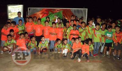 """La Escuela de fútbol """"Palín"""" González cerró el año deportivo con reconocimientos a los niños"""