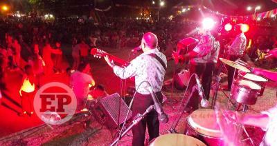 El carnaval tuvo su noche en Fernández con shows en vivo