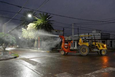 Fumigan la ciudad de Fernández contra el coronavirus