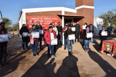 El gobierno provincial entregó viviendas sociales en Los Telares