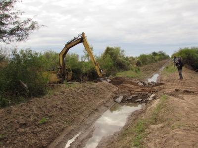Trabajan en la reparación de un canal de riego en Colonia El Simbolar