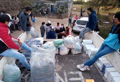 Desde la Municipalidad de Beltrán asisten a vecinos de parajes con calzados, frazadas, colchones y alimentos