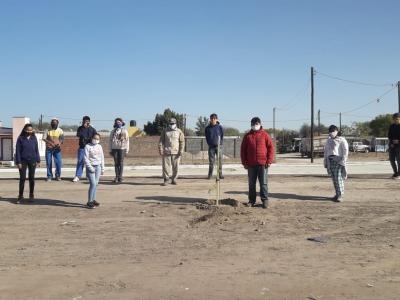 Concretan una jornada de plantación de jacarandas en la nueva Terminal de Ómnibus de Fernández