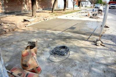 la Municipalidad de Fernández continúa con trabajos de bacheo, reparación de calles y cordón cuneta