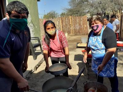 Entregan viandas para el almuerzo y barbijos a vecinos de Las Penquitas y La Loma