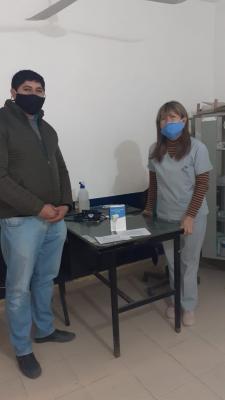 Gallardo hizo entrega de un termómetro infrarrojo al puesto sanitario de Taboada