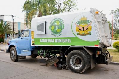 La municipalidad de Fernández adquirió un camión con barredora