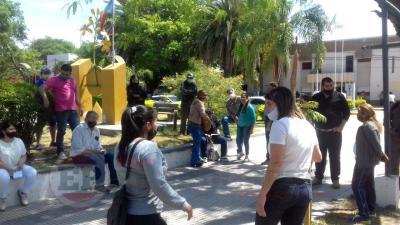 Un grupo de comerciantes de Fernández se autoconvocaron en la Plaza Mitre