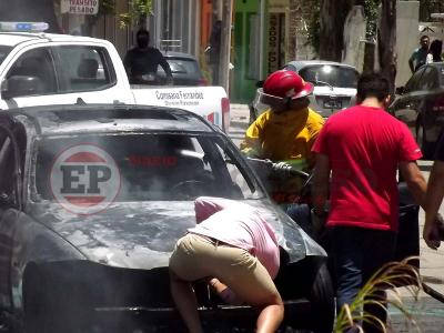Incendio consumió por completo un vehículo y generó pánico en Fernández