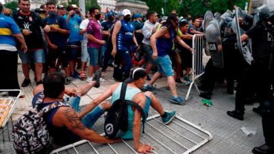 Incidentes entre la policía y la gente que quiere entrar al velatorio de Maradona