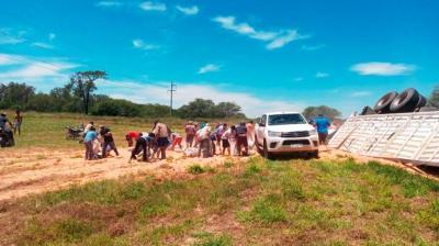 Camionero de Fernández sufrió un vuelco y los vecinos saquearon la carga