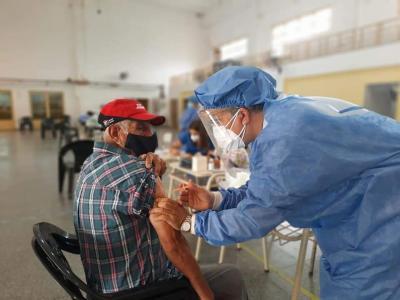 La inmunización a los adulos mayores de 70 años se realiza en 115 puestos ubicados en 37 escuelas