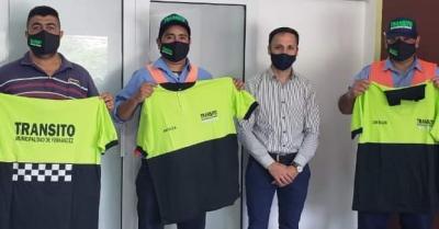 Municipales de Fernández recibieron indumentaria de trabajo