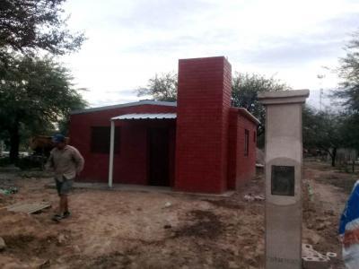 Construyen viviendas sociales, ecológicas y avanzan en la obra del jardín de infantes «Luna de papel»