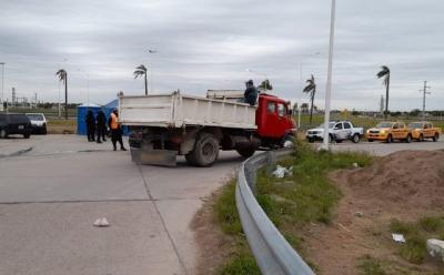 Arrojó escombros en un baldío y le retuvieron el camión por incumplir la ordenanza municipal que lo prohíbe