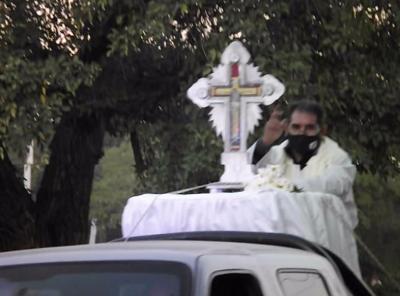 VIDEO: La imagen del Señor de los Milagros de Mailín, recorrió las calles de Fernández