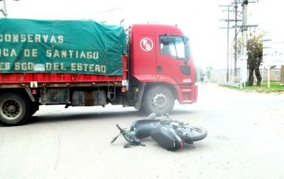 Fernández: Un accidente entre una moto y un camión dejó a un joven herido