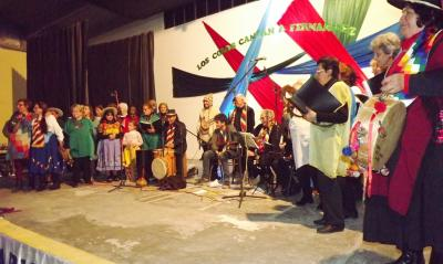 Con una magnifica puesta en escena los coros le cantaron a Fernández
