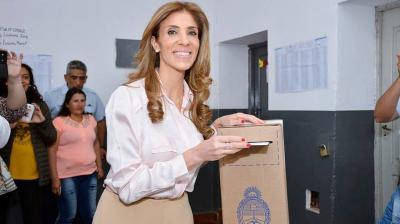 En medio del cariño de la gente la Gobernadora emitió su voto