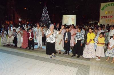 Una noche de danzas y homenaje reunió a cientos en la Plaza Mitre