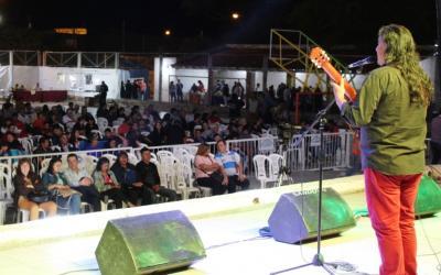 """Clodomira cantó y bailó al ritmo del  """"Festival de la Flor de la Alfalfa"""""""