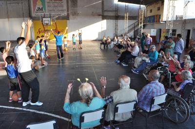 Abuelos de un hogar de ancianos compartieron actividades con niños