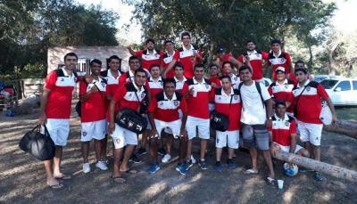 Jugadores de Chacarita Fernández visten orgullosos su nueva indumentaria