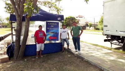 El camión de pescado fresco está en Fernández con precios muy bajos