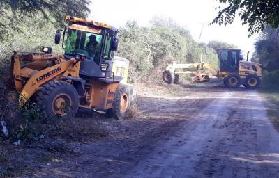Realizan limpieza y arreglo de caminos vecinales en Lomitas