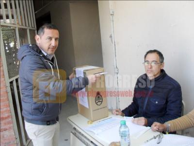 El Dr. Parra emitió su voto y destacó la participación de la ciudadanía