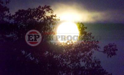La luna brilla con todo su esplendor sobre el cielo Santiagueño