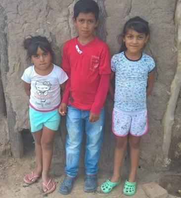 3 hermanitos de un paraje caminan 8 kilometros diarios para asistir a la escuela