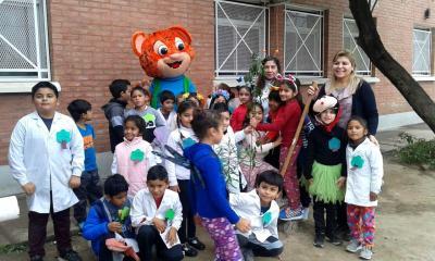 Alumnos de segundo grado fueron visitados por el personaje de sus libros