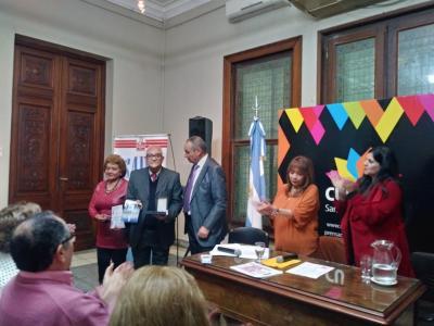 Escritor Fernandense recibió la Faja de Honor desde la SADE
